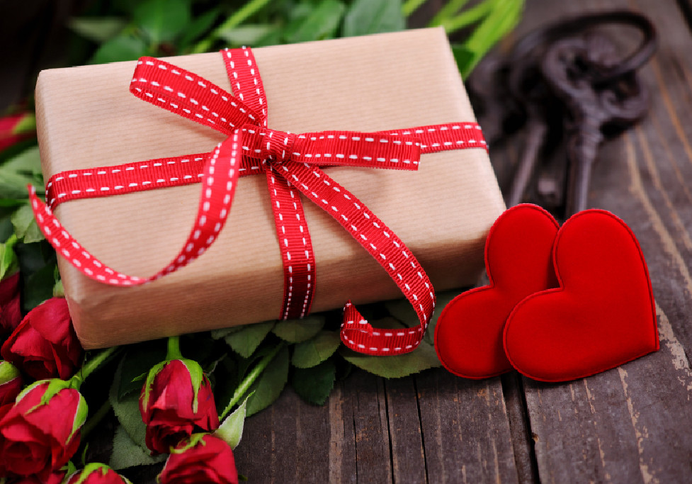 giftbox with hearts and roses
