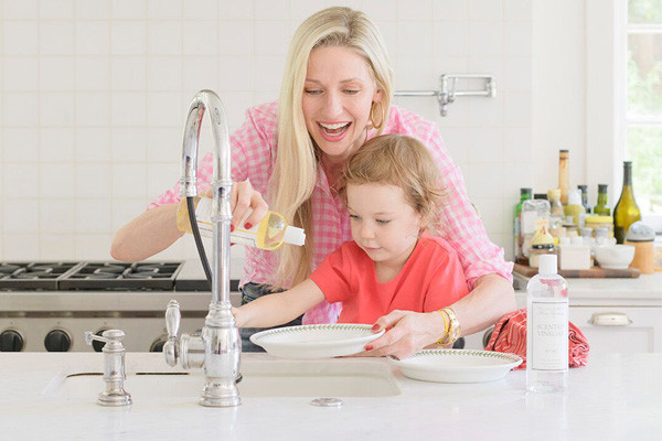 mom and child washing dishes